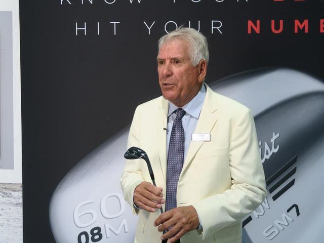 画像: ウェッジでおなじみのボブ・ボーケイ氏。タイトリストのスタッフは揃いのオフホワイトのジャケットを着用