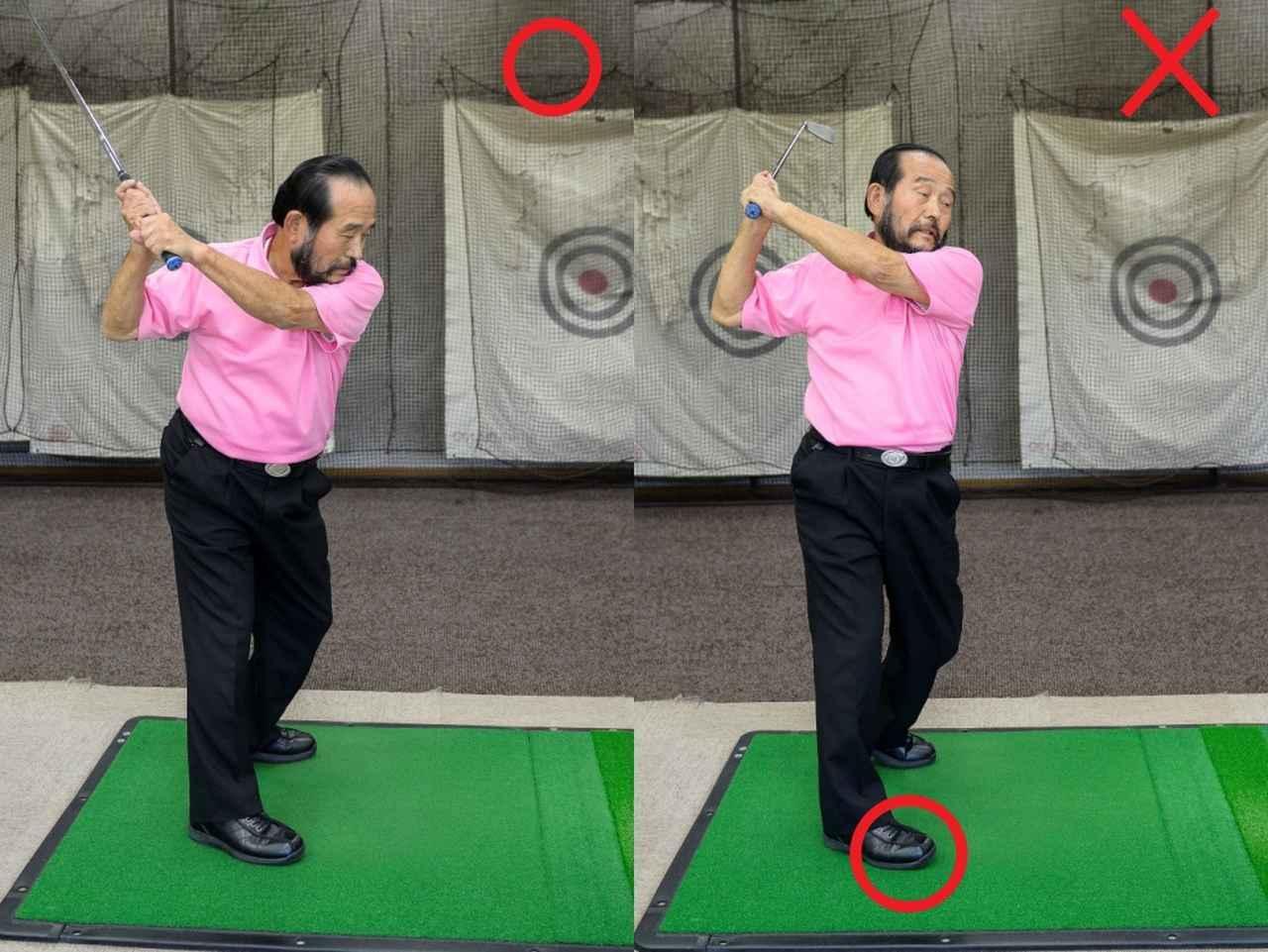 画像: 両手合体型グリップで右手をひねった動作をすると、自然と右足の内側が浮いてしまい、足までひねられた状態となる