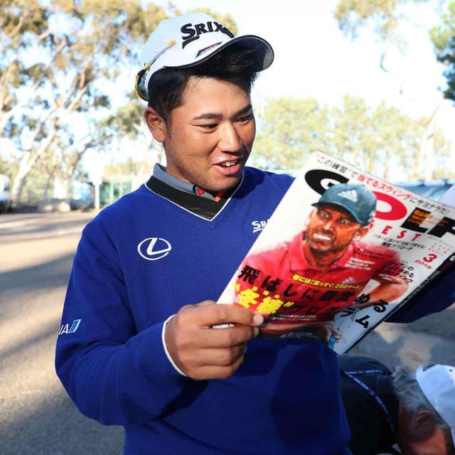 画像: 自身のインタビューが掲載された「月刊ゴルフダイジェスト 2019年3月号」を笑顔で読む