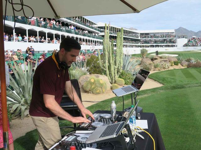 画像: DJが爆音でノリノリの曲をかける。ここは本当にゴルフ場……!?