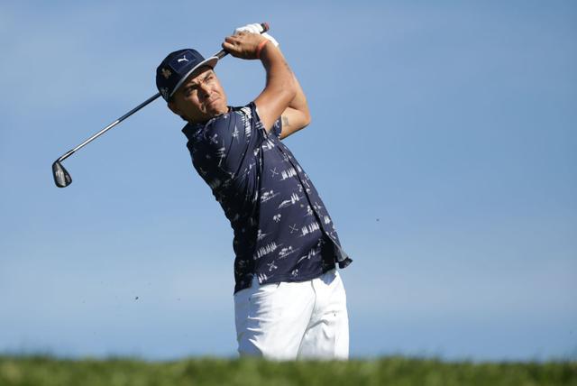 画像: 「すそ出し」でプレーするファウラー。練習ラウンドではなく、PGAツアーの本戦だ(写真はGetty Images)