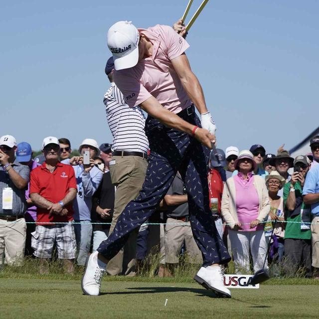 画像: ジャスティン・トーマスのように、左に踏み込んだあと、左足を踏ん張らずに「伸ばす」ことで地面反力をムダなく回転に利用することができる(写真は2018年の全米オープン 撮影/岡沢裕行)