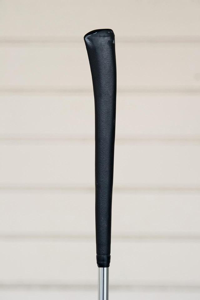 画像: 左手部が傾斜しリストワークが自然に抑えられるPINGのピストルグリップ(写真は60年代後半のオリジナル)