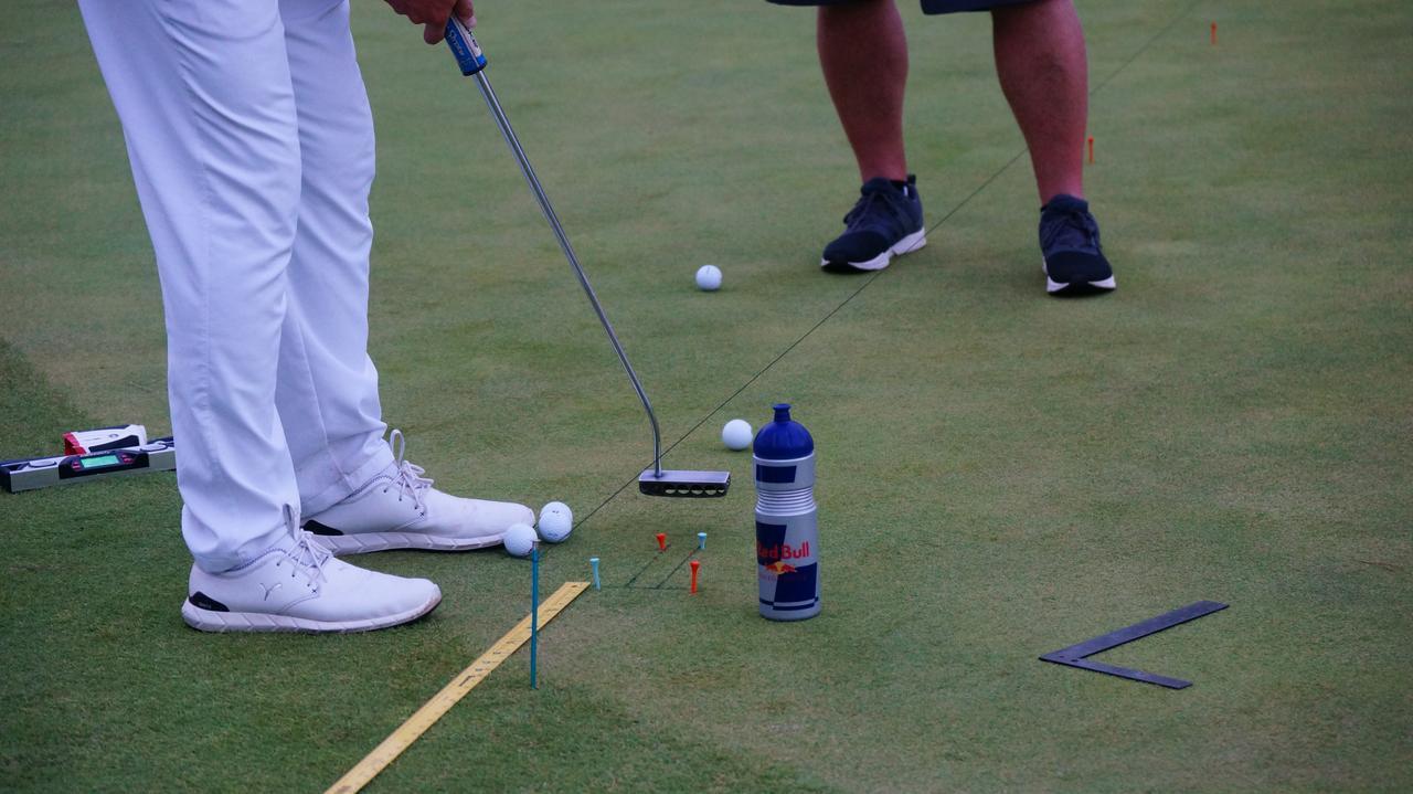 画像: ターゲットに対して引いた紐、ヘッドとボールの幅のティ、定規その他……デシャンボーのパット練習はさながら実験室だ(写真は2016年のブリヂストンオープン)