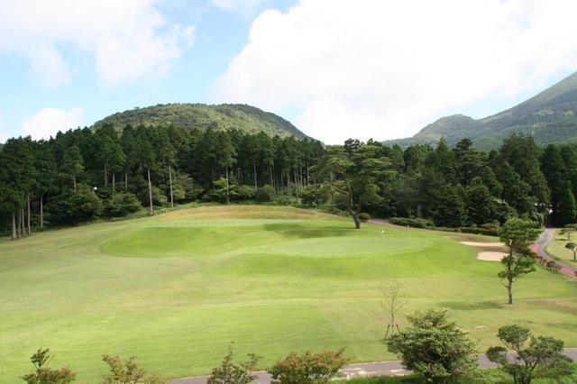 画像: 雲仙ゴルフ場のようにツーグリーンで攻め方が変わると同じホールでも違う景色にみえる