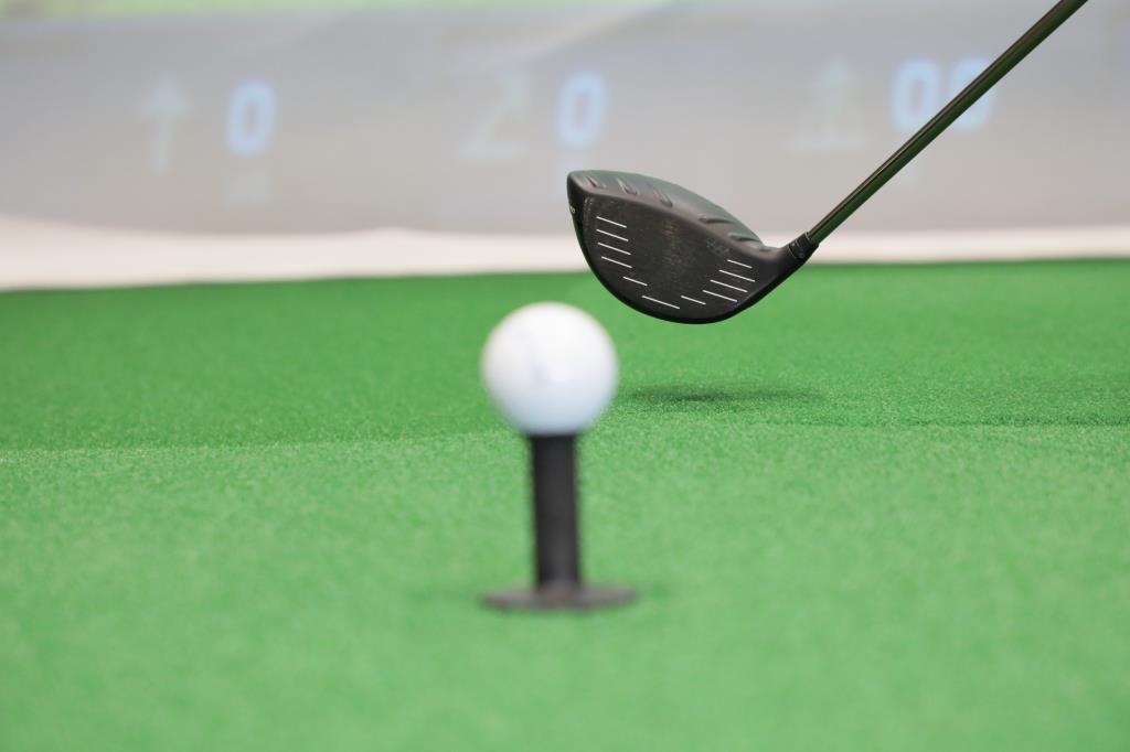 画像: バックスウィングの始動からコックが完了するまで、フェースをボールに向けたままの状態をキープするイメージ