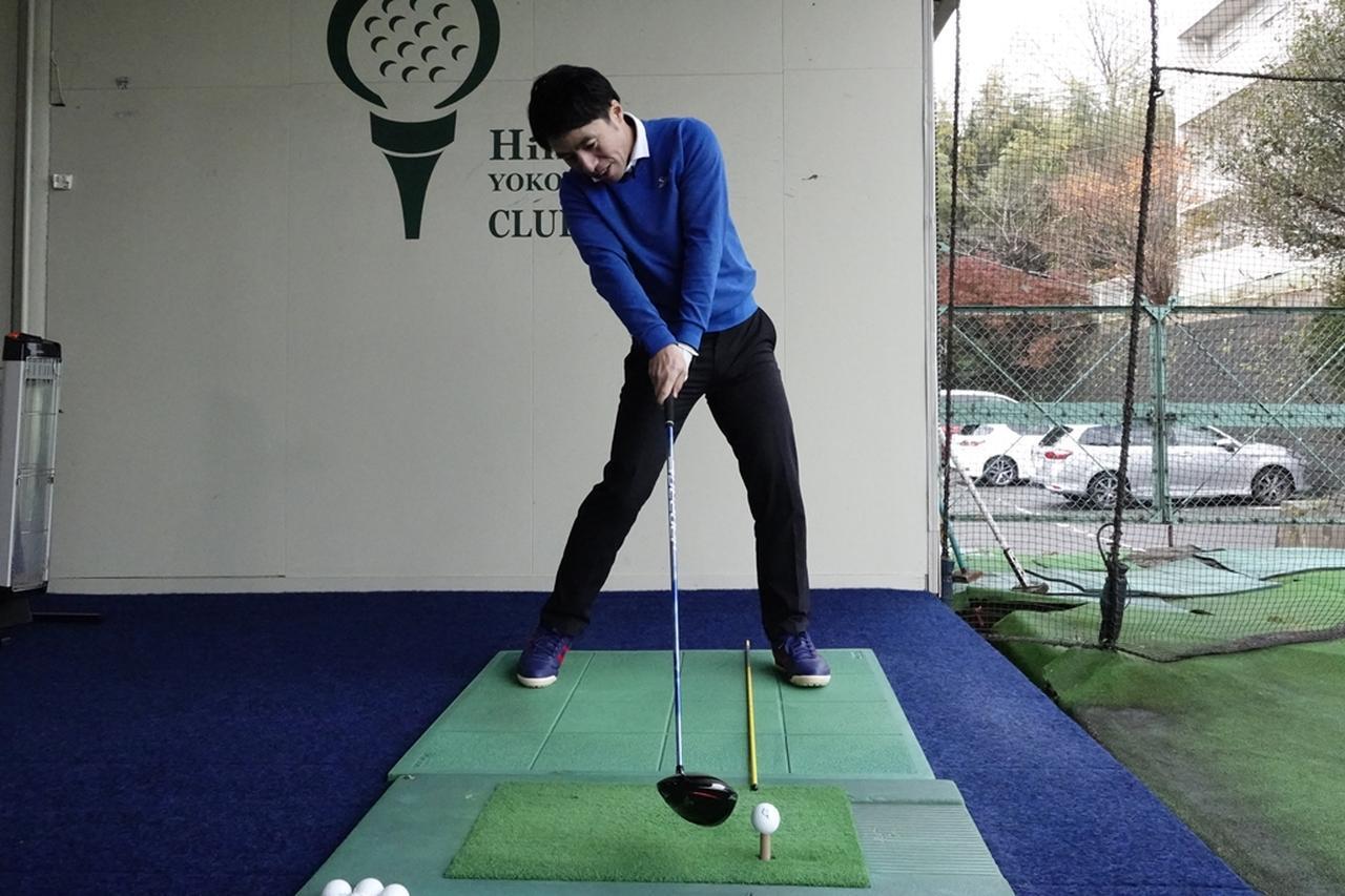 画像: 適切なボール位置で構えるとチーピンや引っかけのミスが起きる可能性がある。絶対に左へ飛ばしたくないのなら、これらのミスが起きないような工夫が必要だ