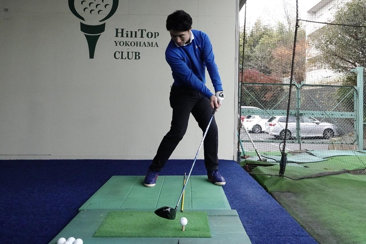 画像: ボールを右に置いてスウィングすることで、フェースが右向きの状態でインパクトできる