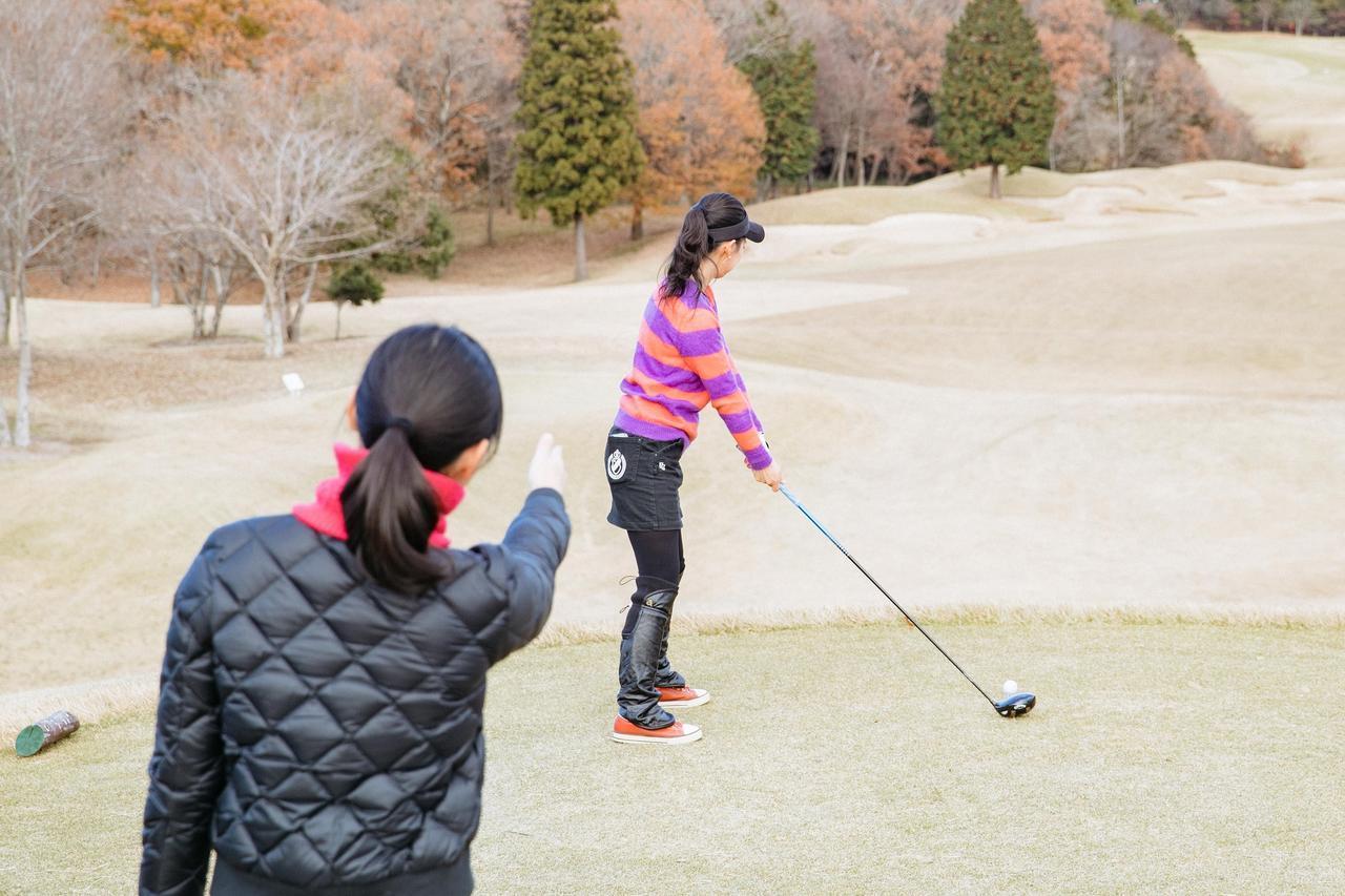 画像: キャディさんだけでなく、チーム競技でパートナーに「ちょっと方向みてもらえますか?」というのもルール違反になってしまうおそれがあるので要注意!
