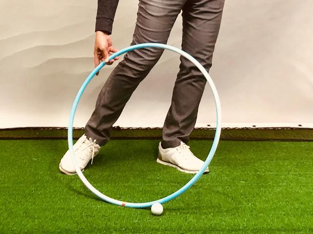 画像: (写真1)ターゲットに対してクラブの軌道がインサイドアウト過ぎるとローポイント(最下点)はボールより手前になる