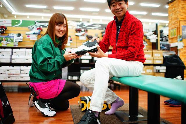 画像: ゴルフ5桑名店で試めし履きをする中村修(写真右)と店長代務の新宅桃子さん(写真左)