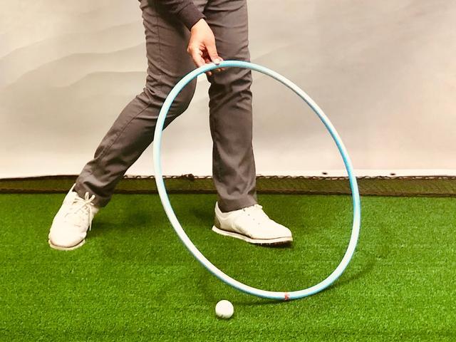 画像: (写真2)ターゲットに対してアウトサイドインの軌道が強すぎる場合、入射角は鋭角になりローポイント(最下点)はボールよりも先になる