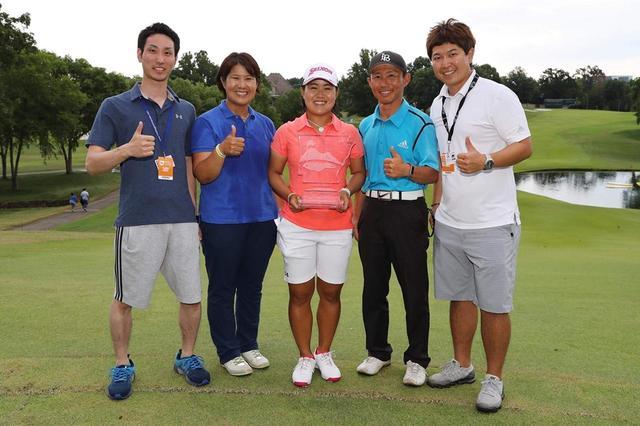 画像: 畑岡が米女子ツアー初優勝を成し遂げた「ウォルマートNWアーカンソー選手権」にも帯同し、サポートしていた斎藤(写真一番右)