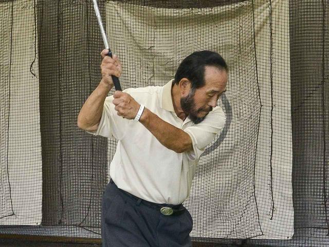 画像: 右手1本でボールをとらえられるようになったら、スプリットハンドで練習してみよう