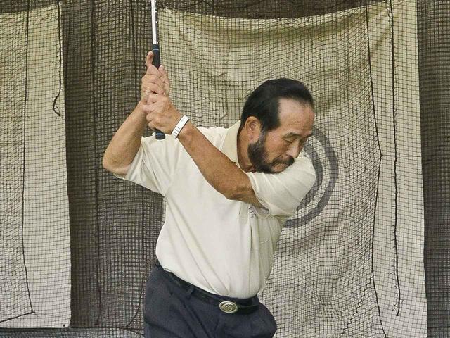 画像: 右手1本とスプリットハンドで練習したあとにテンフィンガーグリップで打つ。両手になっても、右手リードの感覚のまま打つこと