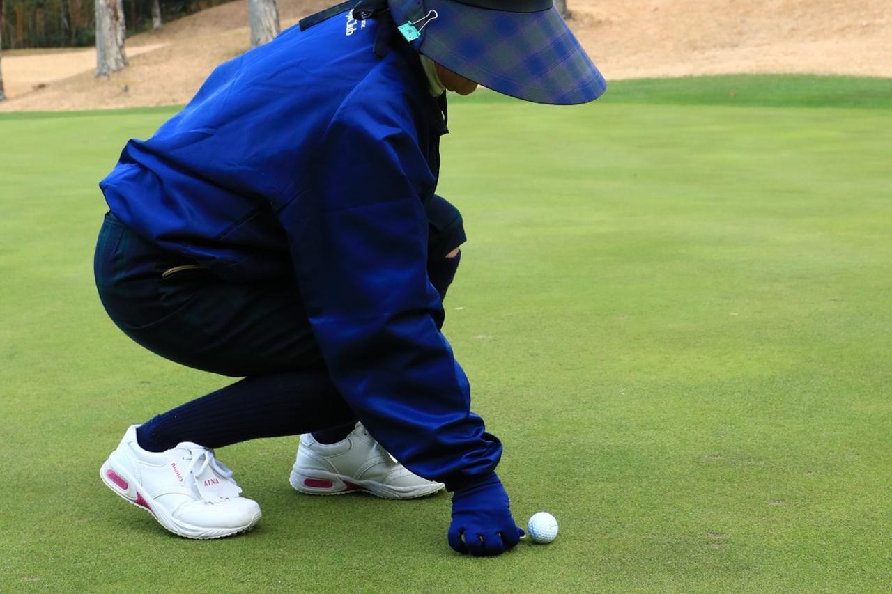画像: 新ルールではキャディがプレーヤーの承諾なしにボールをマークし、ピックアップして拭くことができるようになった