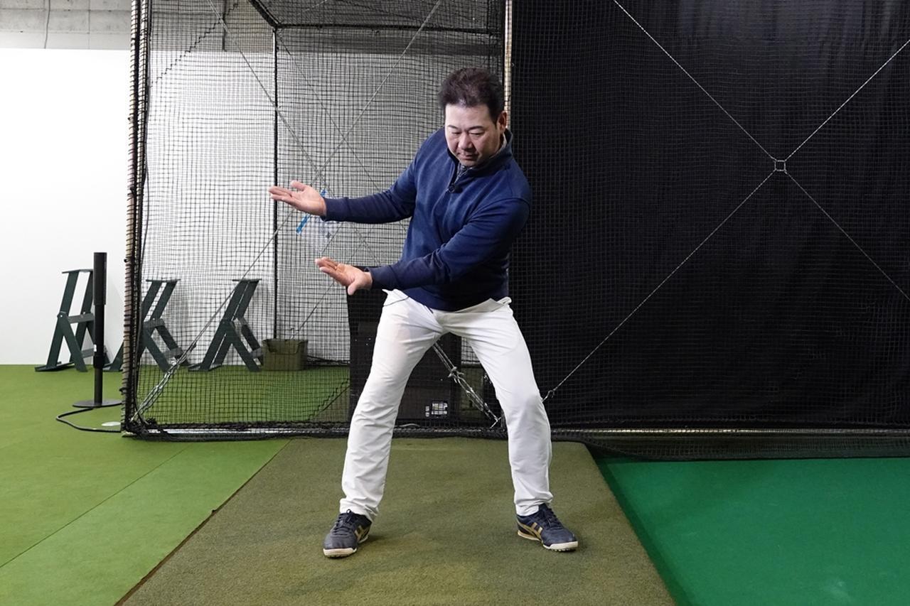 画像: 右骨盤を高く、左骨盤を低くすることによって左下へのスムーズな重心移動が出来る