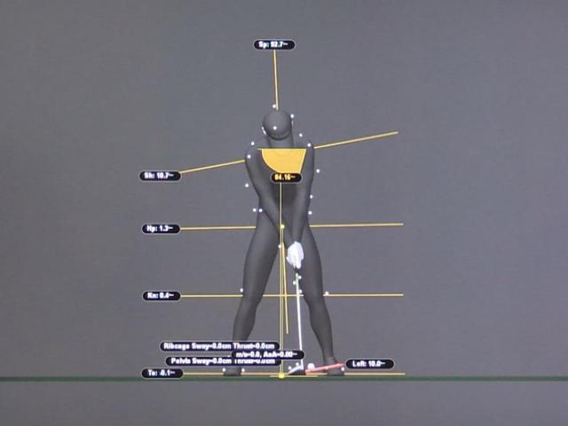画像: 画像A:アドレスの時点で右肩が下がり、右わきが縮んだサイドベンドの状態になっている。ほんのわずかだが、背骨も右に傾いている