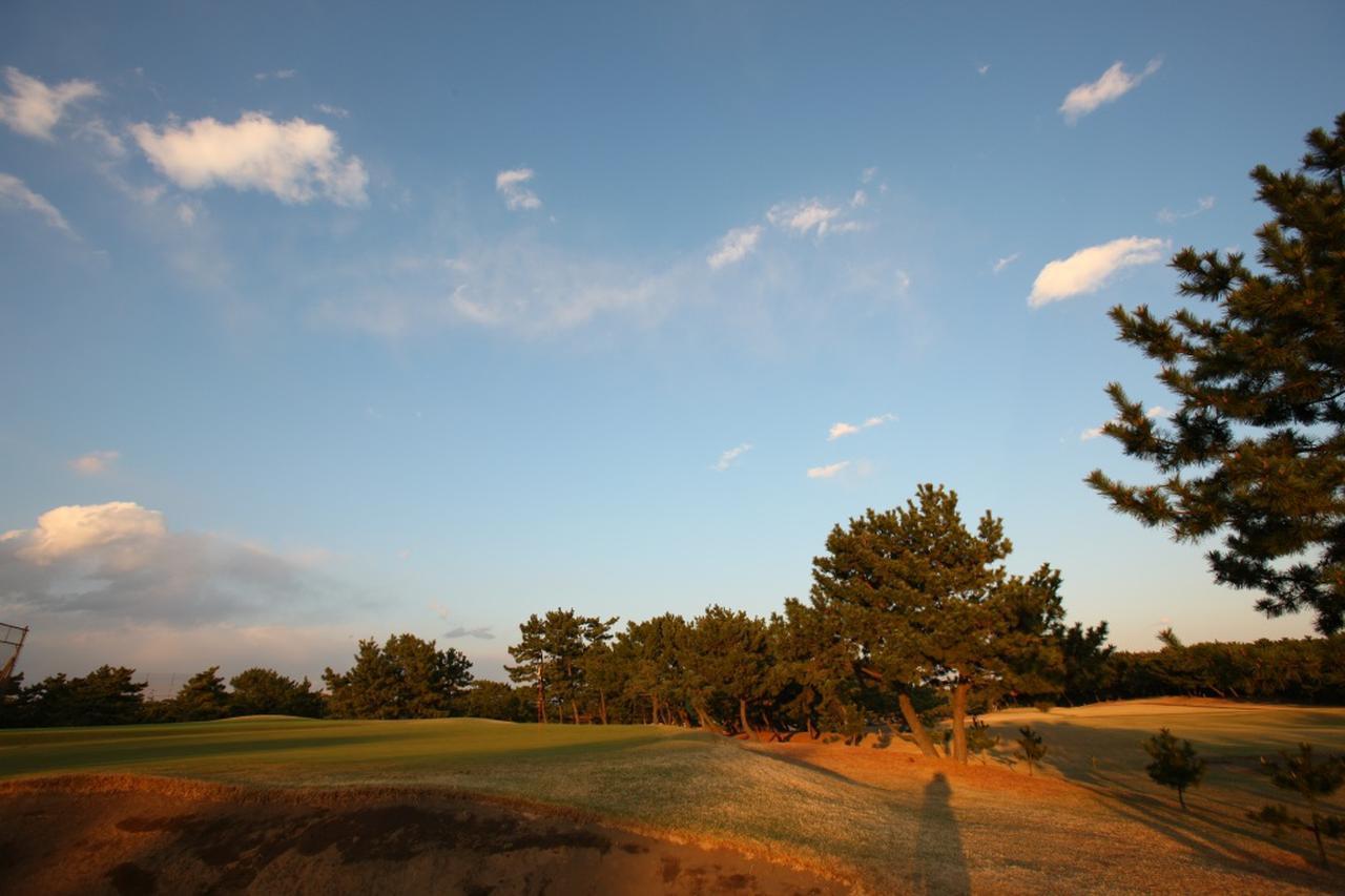 画像: 日没ゴルフでスコアを守る方法とは……?(撮影/有原裕晶)