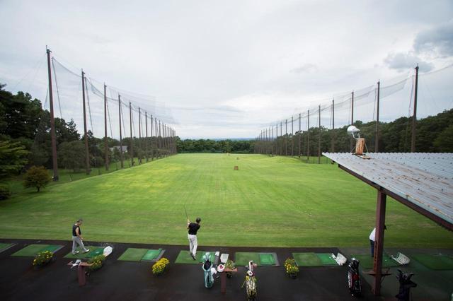 画像: コンペ後の練習場、上手い人ほど表彰式までの時間を練習場で過ごしている(撮影/野村知也)