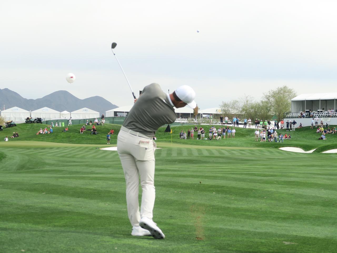 """画像: 453ヤードのセカンドをSWで打つ男。PGAツアーで""""いま一番気になる選手""""に会ってきた - みんなのゴルフダイジェスト"""