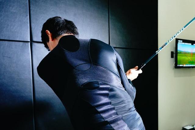 画像: 「キャロウェイ トレーナー」を着用することで、バックスウィングではゴムを伸ばし、ダウンではゴムを伸ばした手を離したような感覚が得られるという