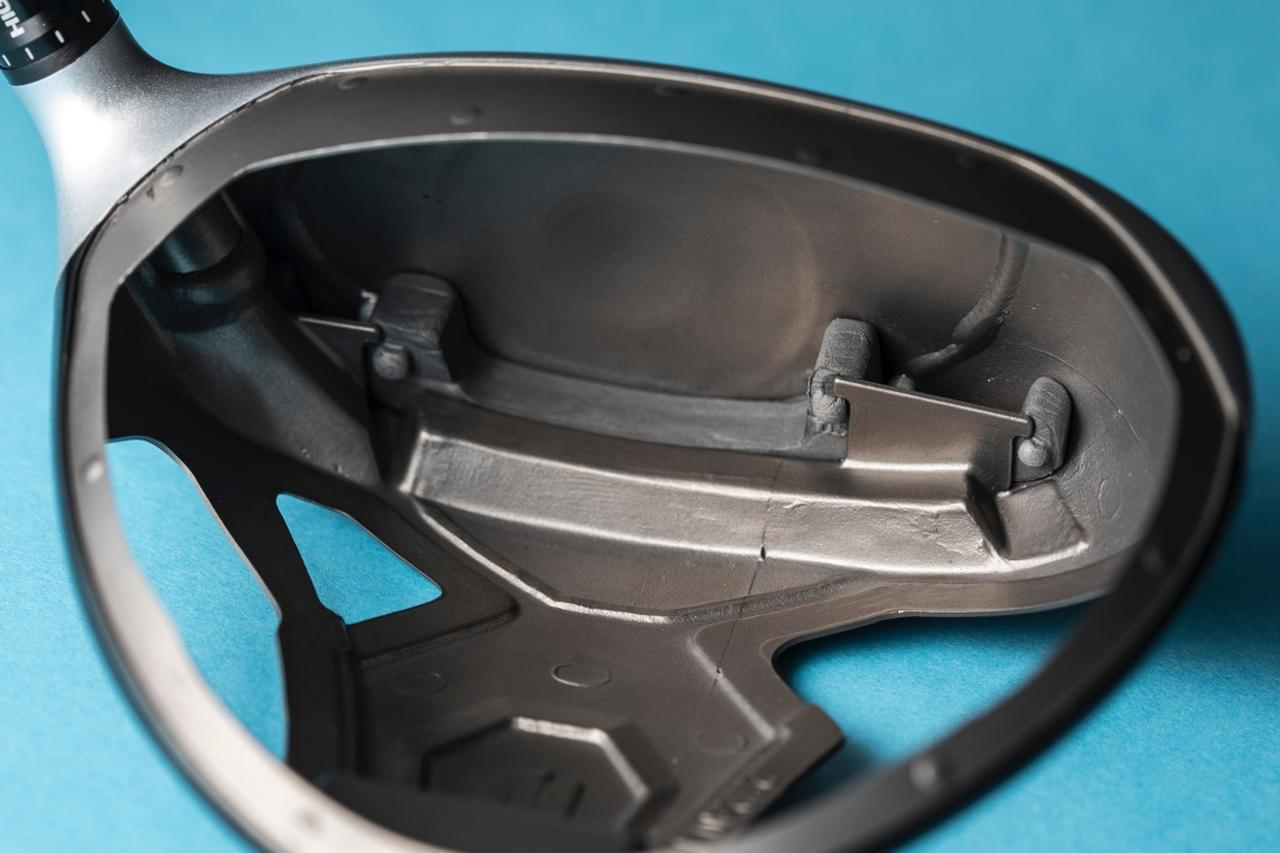 画像: フェース裏側下部のポケットにレジンを注入することで、反発を最適化するのがテーラーメイドの「スピードインジェクション」だ(撮影/野村知也)