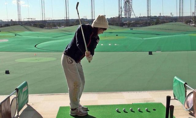 画像: 5つのボールを連続で打つドリルに取り組む斉藤愛璃