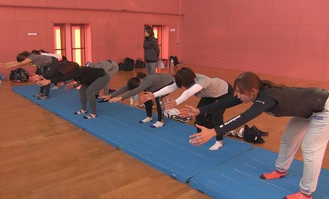 画像: 背骨と骨盤の連動を促すトレーニング。手とお尻が引っ張り合うように体を倒していくのがポイント