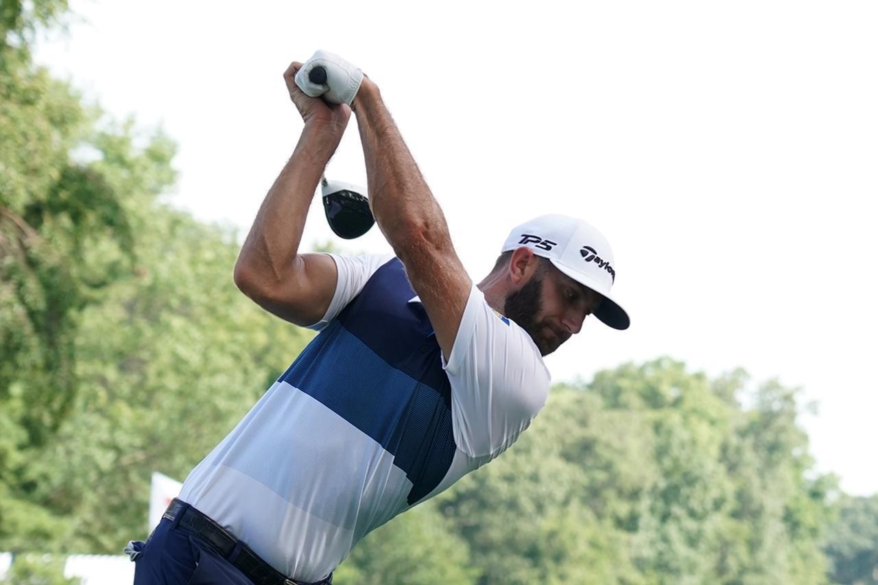 画像: 左手首を手のひら側に折り込むことで、フェース面が上を向いた状態、シャットフェースが作れる。ダスティン・ジョンソンはこの動きが特に強く見られる選手(写真は2018年の全米プロゴルフ選手権 撮影/姉崎正)
