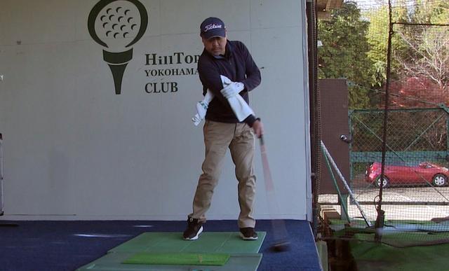 画像: 右わきにタオルを挟み、右手一本で軽くボールを打つ練習によって、右脇を締めたままインパクトする感覚がつかめる
