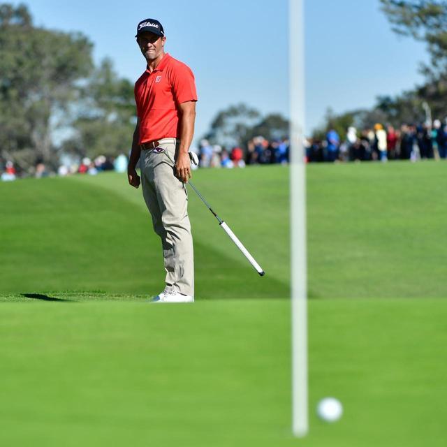 画像: アダム自身は、新ルール施行後は旗竿を差したままプレーしている