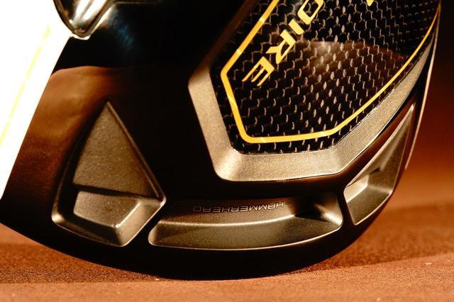 画像: ハンマーヘッドスロットと呼ばれるソール前方の溝が、フェース強度をアップし、反発力を上げ、バックスピン量を減らしている