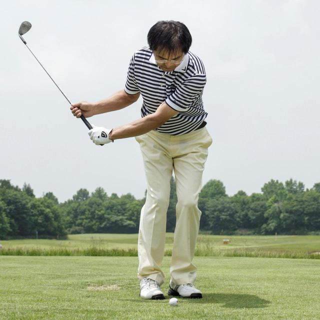 画像: 両手を離して10ヤードのアプローチをする。 無理にタメを作るねじり系ひねり系の動きだと、 空振りするばかりだが、 グリップが体の正面にくるようにコンパクトに振ってみると、簡単に球をとらえることができる