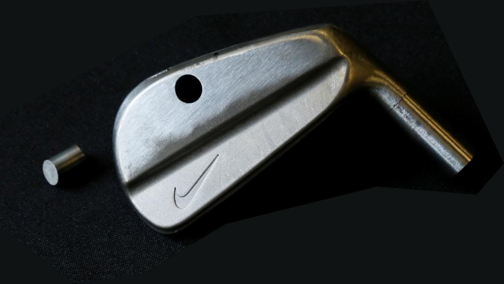 画像: タイガー・ウッズが使用していた、ナイキ製ブレードアイアンのサンプルヘッド。