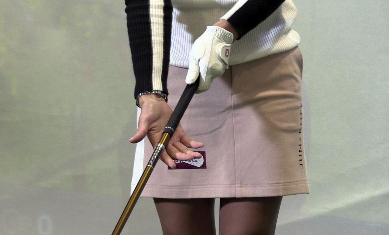 画像: 左手は通常のグリップで、右手はグリップ真ん中からシャフト寄りの端っこの間を握る