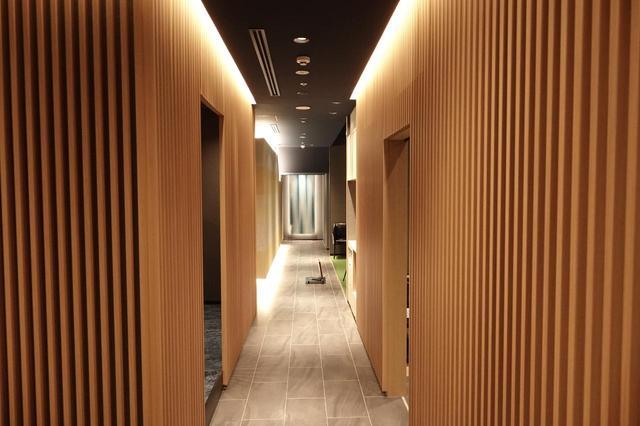 画像: インドアスタジオとは思えない落ち着いた和モダンな内装は、まるで高級旅館のよう。入会には審査と会員からの紹介が必要