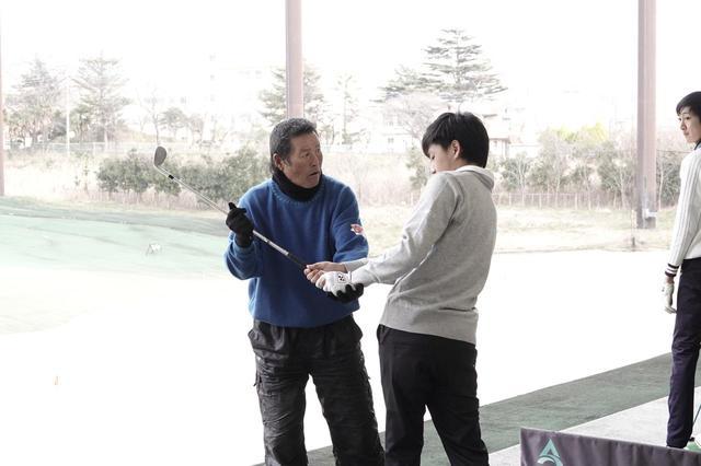 画像: 参加した昌山大暉君にアプローチの打ち方を手を取って指導する