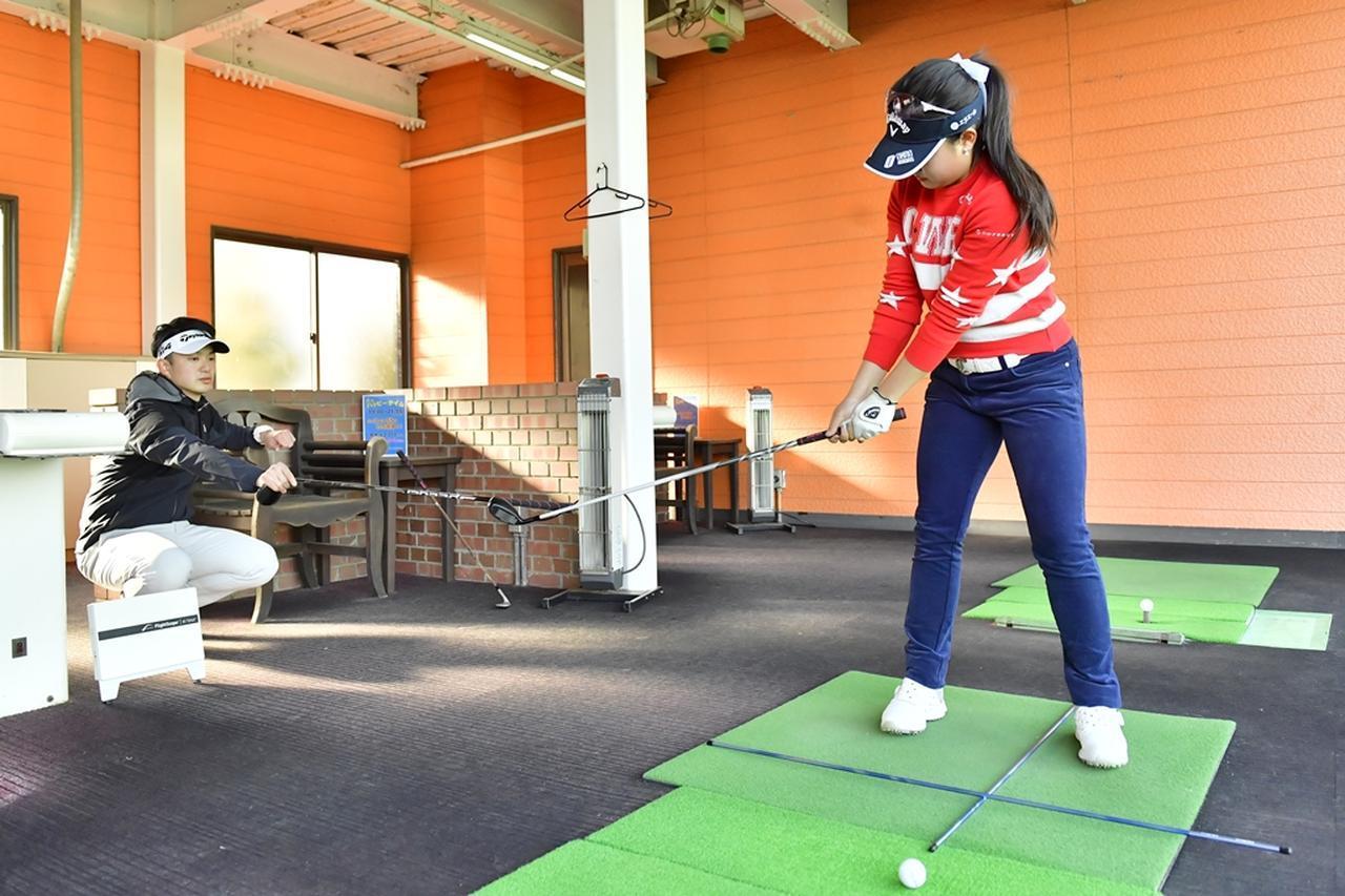 画像: 目澤コーチにシャフトで境界線を示してもらい、テークバックでのヘッド位置を念入りにチェック