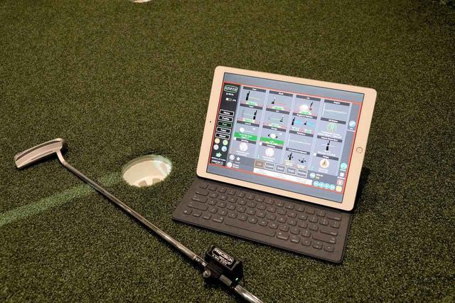 画像: パターのシャフトに装着するセンサーが自動的にパッティングを分析する
