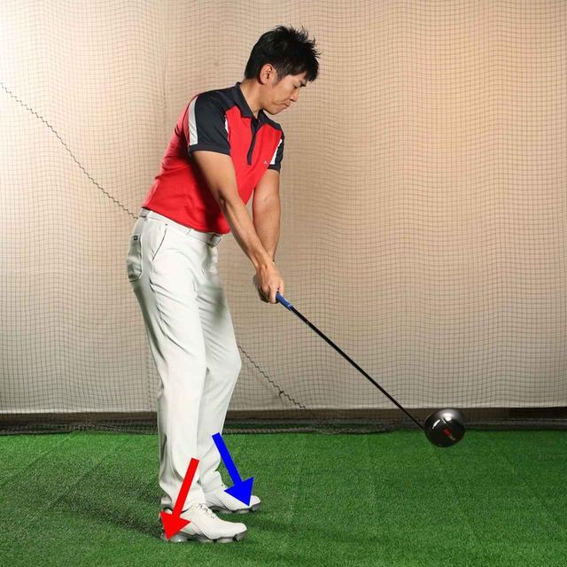 画像: バックスウィングは、右足をかかと側に踏み込むことで始動する(赤矢印)。このとき左足は、つま先側に圧力がかかる(青矢印)。この左足の動きが大きくなったのが「ヒールアップ」だ