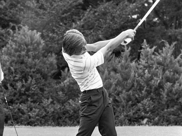 画像: 中部銀次郎のフォロースルーの美しさに惹かれたゴルフライター・塩田。なんとかスウィングを真似ようとするが……?
