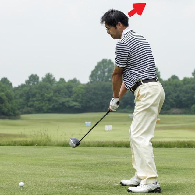 画像: スムーズにテークバックできるように、スウィング始動時にほんの少しだけ後ろ髪を引かれる感じで頭を後方へずらす