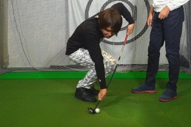 画像: ハンドファーストに構えてターフを取るように打つことでフェースの上目でヒットできる。その結果バックスピンがかかって球も上がる