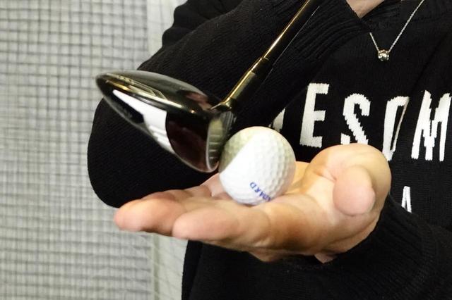 画像: ボールの先のターフを取り、スピンでボールを上げるような意識がいい