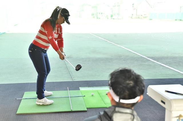 """画像: 「このポジション」が成功と失敗の分かれ道! ステップ女王のクラブの""""上げ方"""" - みんなのゴルフダイジェスト"""