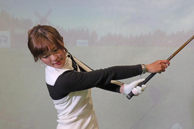"""画像: つかまらない人、これやって! 飛ばし美女・小澤美奈瀬が教える""""スプリットハンド""""ドリル【動画あり】 - みんなのゴルフダイジェスト"""