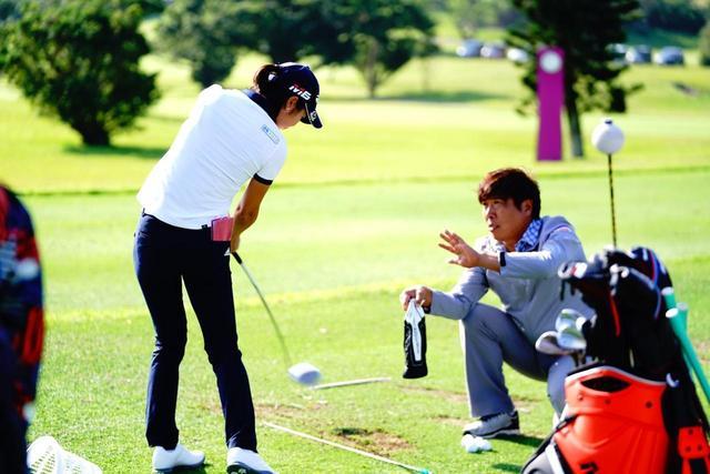 画像: 小祝、松森、永井……女子プロたちが開幕戦の練習場でやってる「ヘッドカバー」練習法はなんのため? - みんなのゴルフダイジェスト