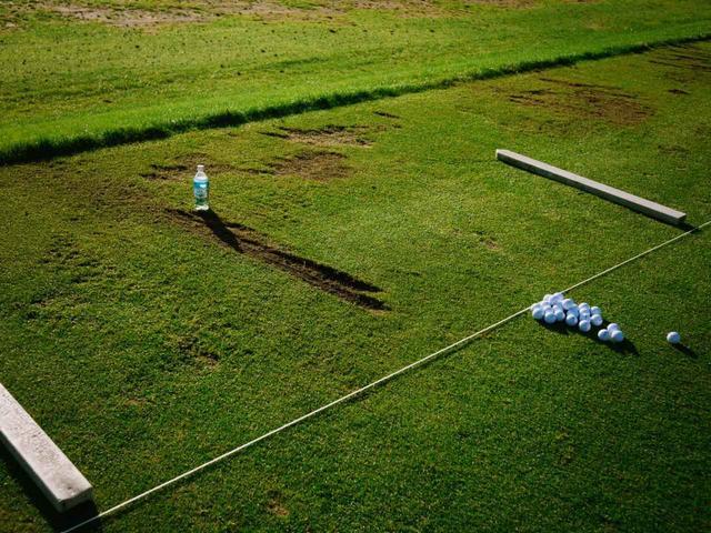 画像: ビジェイ・シンの練習打席だとすぐにわかる、長く削れた打球痕(写真は2009年のダンロップフェニックス 撮影/中居中也)