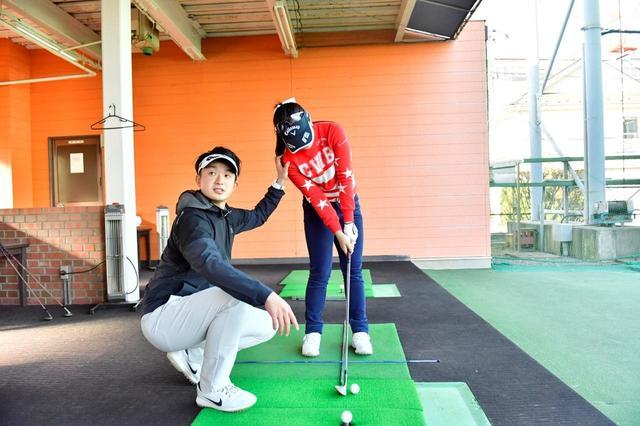 画像: 単純に左足寄りにボールを置いちゃうと、右肩が下がってヘッドがアッパーに入る